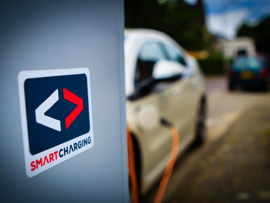 Living Lab Smart Charging_logo sticker Smart Charging laadpaal_Foto Bas Stoffelsen__0234