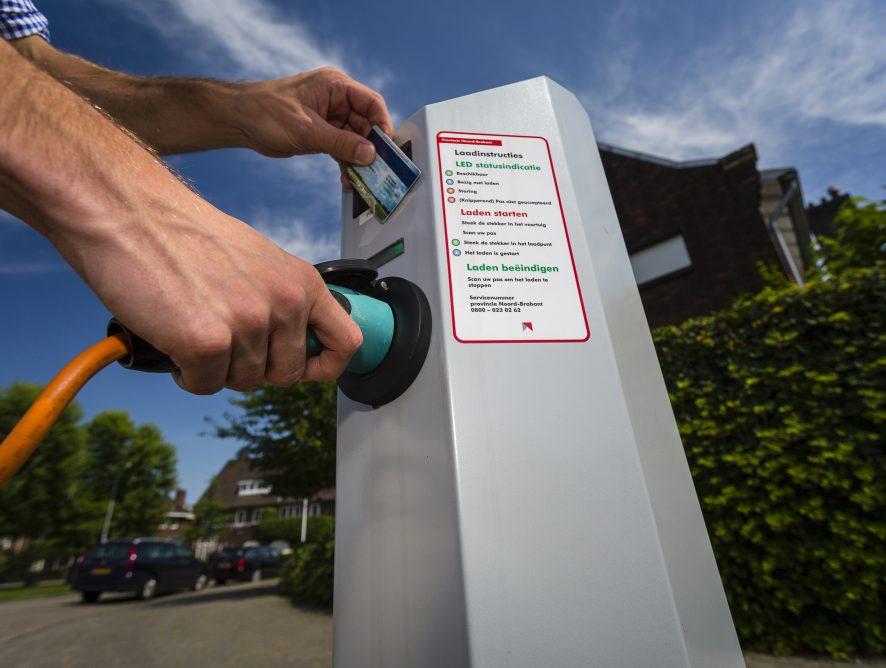 Slim opladen; de Brabantse aanpak. Electrische oplaadpalen voor electrische auto's in Brabant.